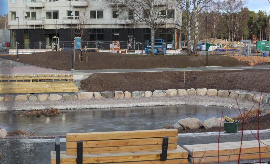 Dammen väster om huset börjar ta form